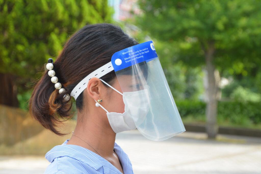 フェイスシールドを着用する女性