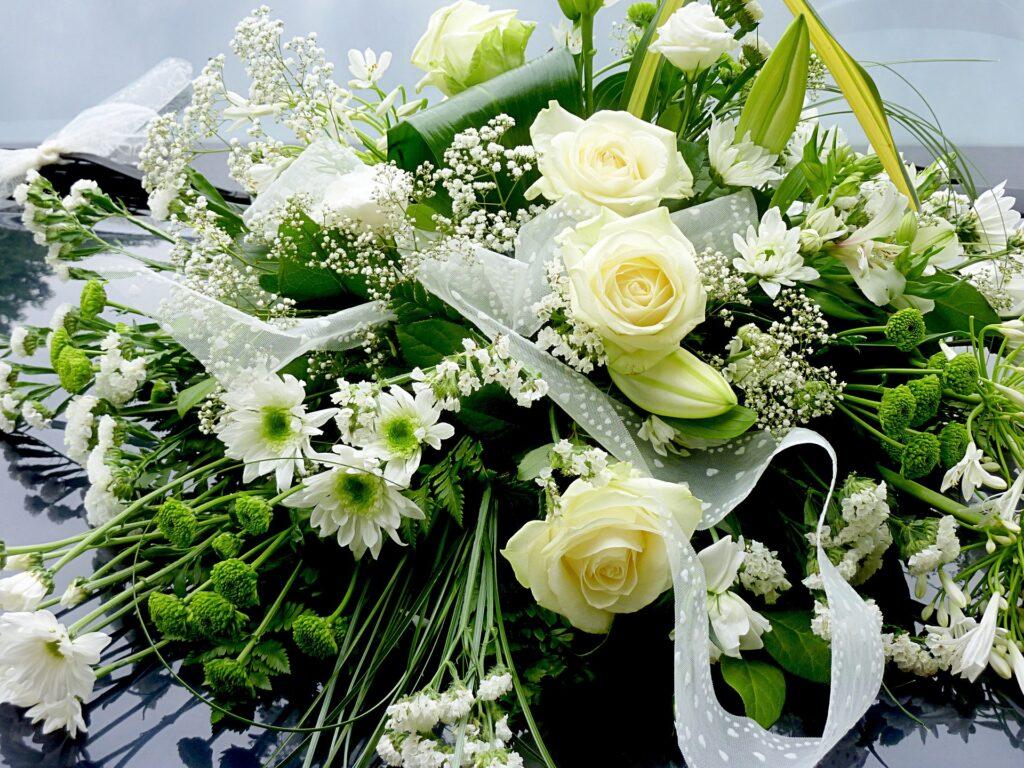 白や黄色のお花がメインのブーケ
