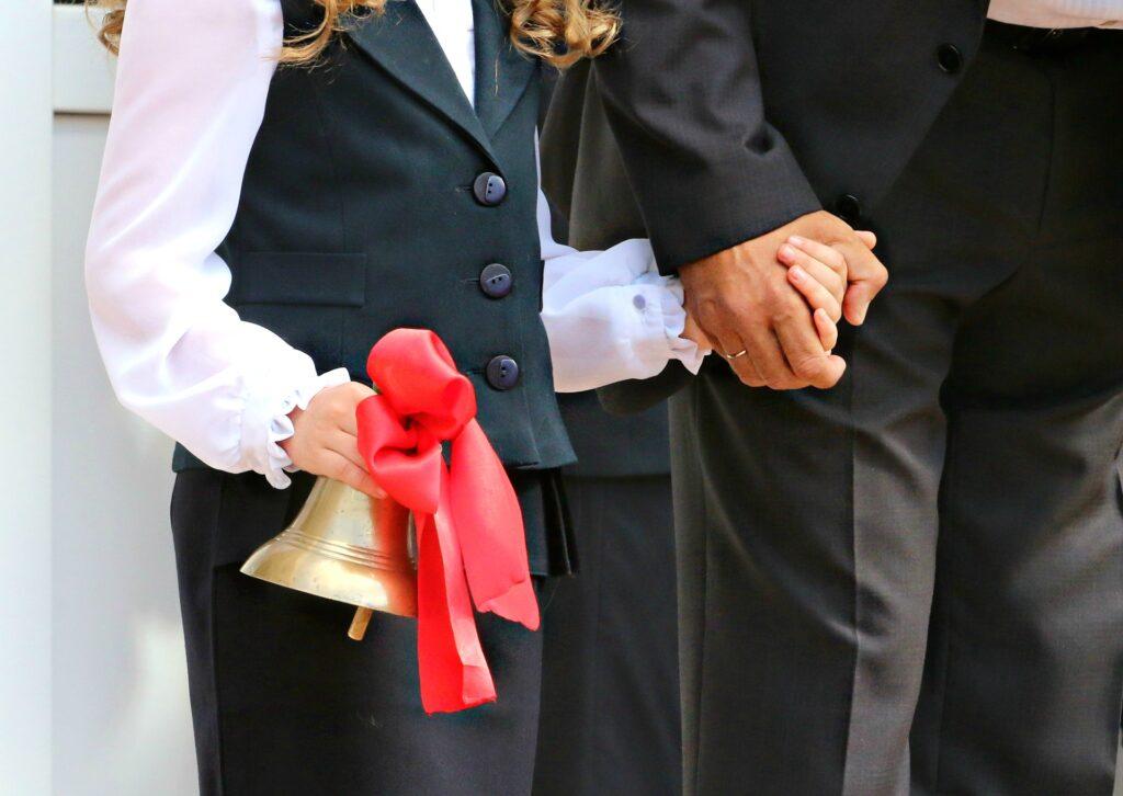 赤いリボンのベルを持つ女性